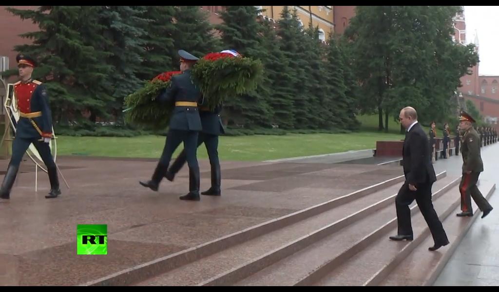 Путин возложил цветы прямо под дождем